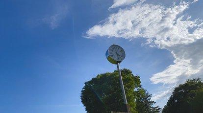 大学グラウンドの時計と青空