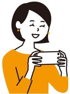 スマホでテレビを見る女性.jpg