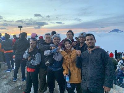 インドネシアの人たちと山での記念写真