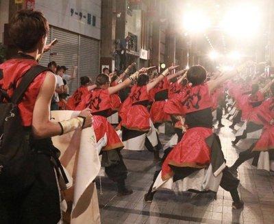 よさこいを踊る人々