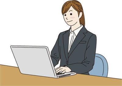 パソコンを使うスーツの女性