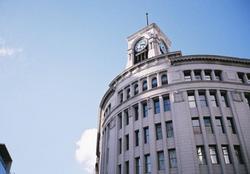 時計台のあるビルの写真