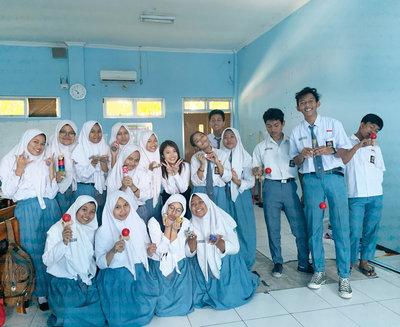 インドネシアの学生たちとの集合写真